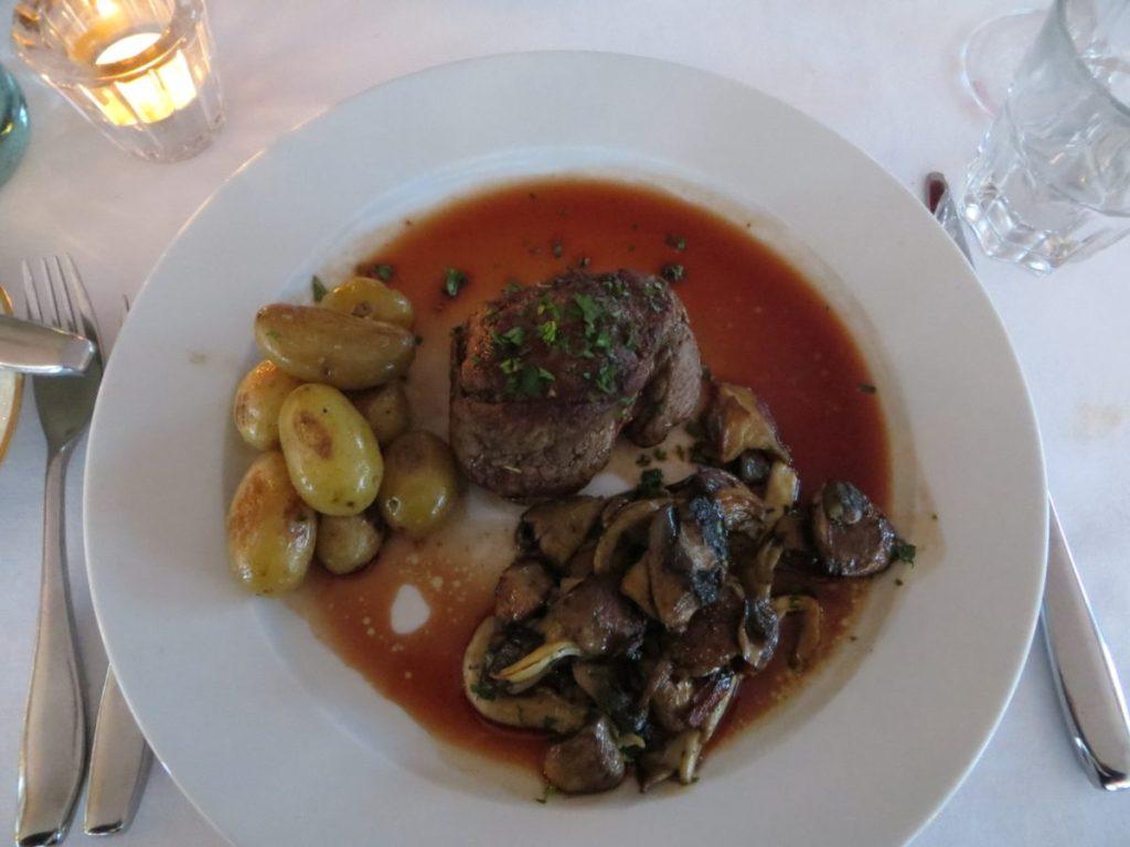 """Tenderloin of beef, potatoes, mushrooms from Fludir, redwine sauce"""